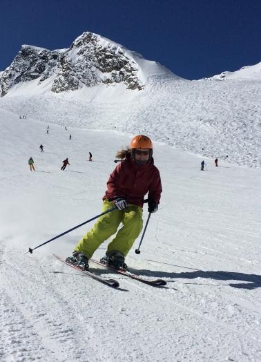 Alpine Skifahrerin fährt den Berg runter